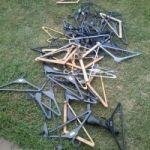 vendo 55 perchas de plastico y algunas de madera $ 100 te: 426164