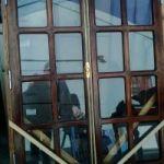 Vendo portón completo d cedro y ventana completa d cedro vidrio reparttido