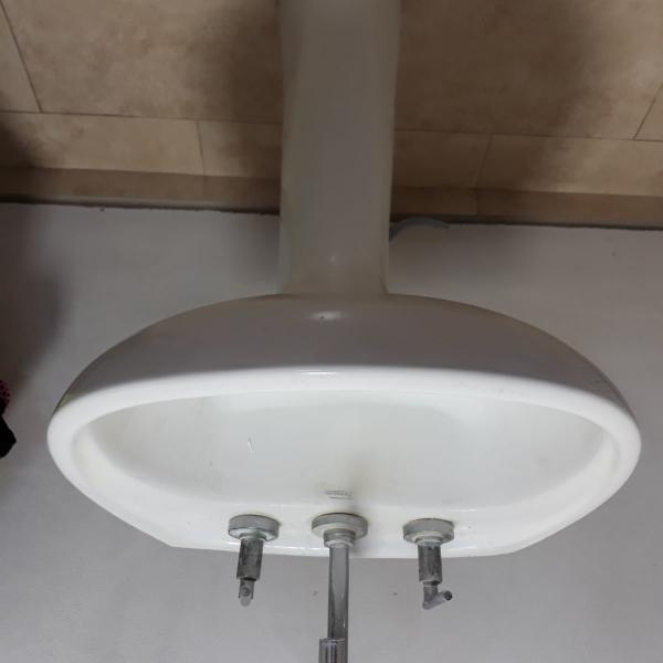 Vendo lavatorio con pie y griferia