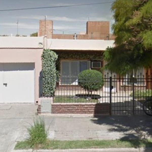Se vende hermosa casa en barrio norte pegada al centro.