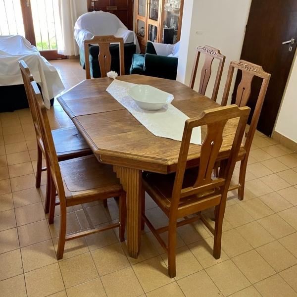 Juego de mesa y sillas de roble antiguo