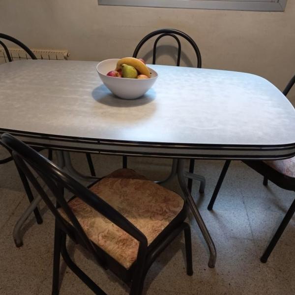 Juego de mesa y sillas.