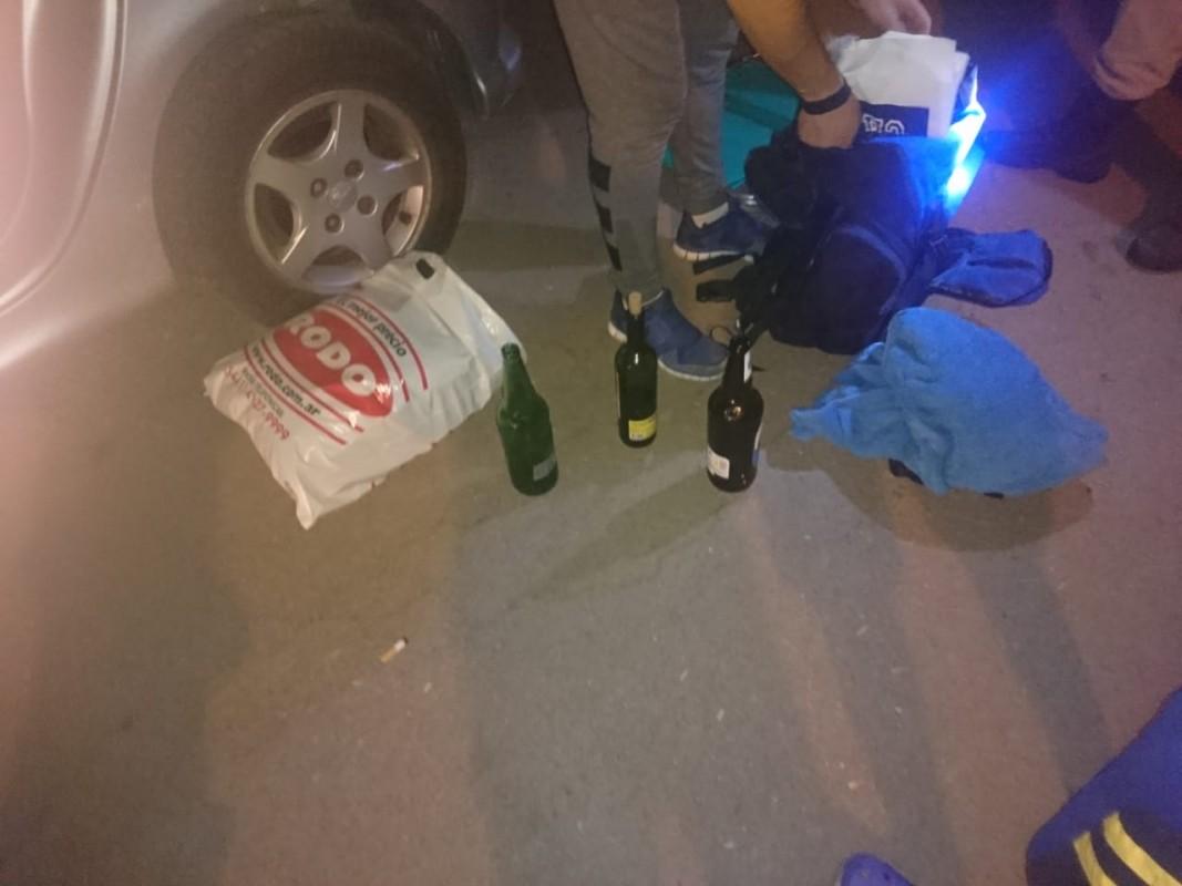 Envases de alcohol encontrados en el interior del auto