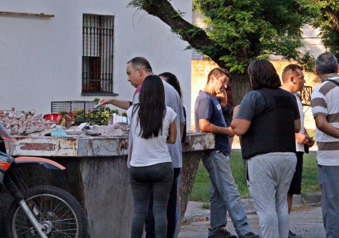 El personal policial de civil alrededor del contenedor donde descartaron el arma