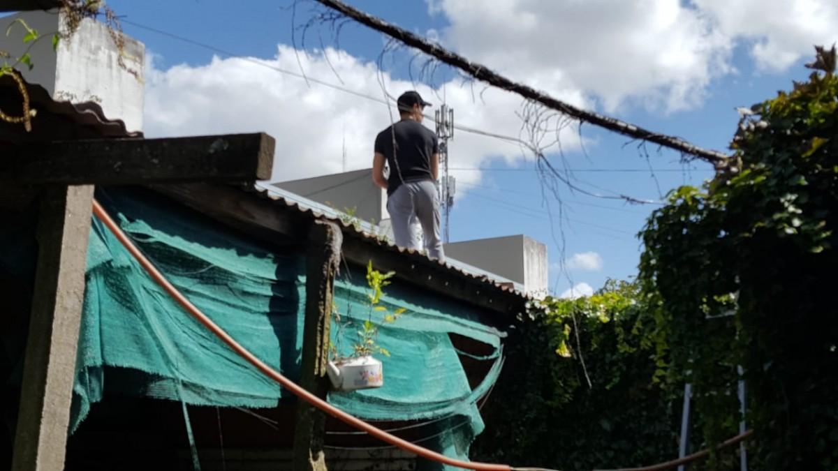 Personal de toxicomanía revisando los techos