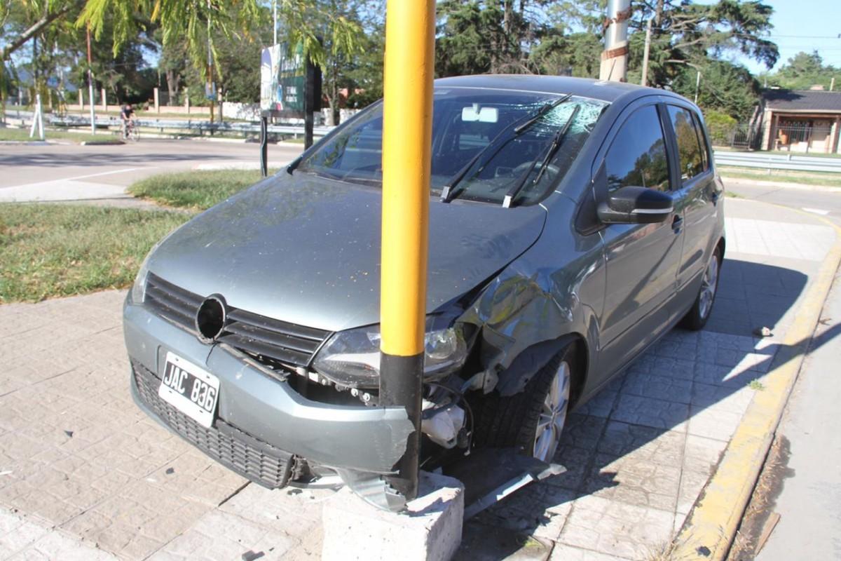 Hoy Fox Vw >> Automovilista chocó con un poste del alumbrado público a