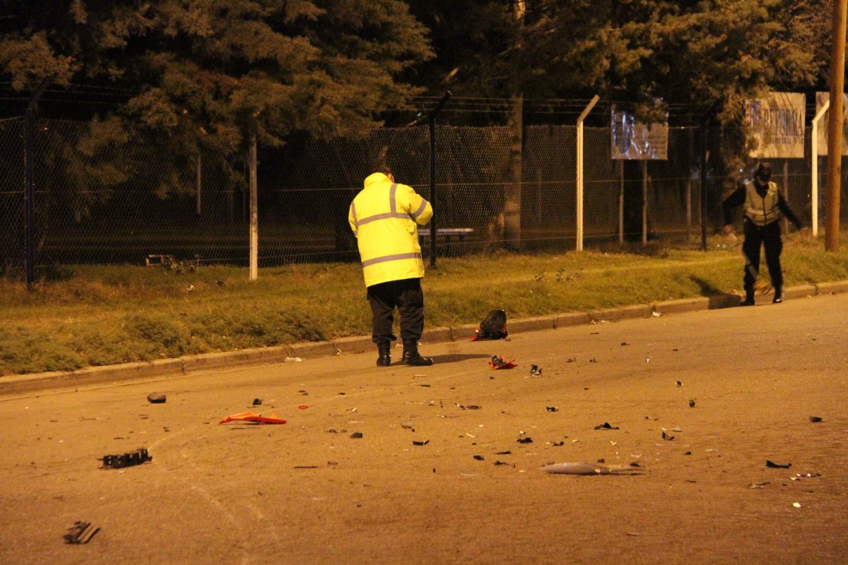 Los plasticos de la moto y del auto esparcidos por la calle