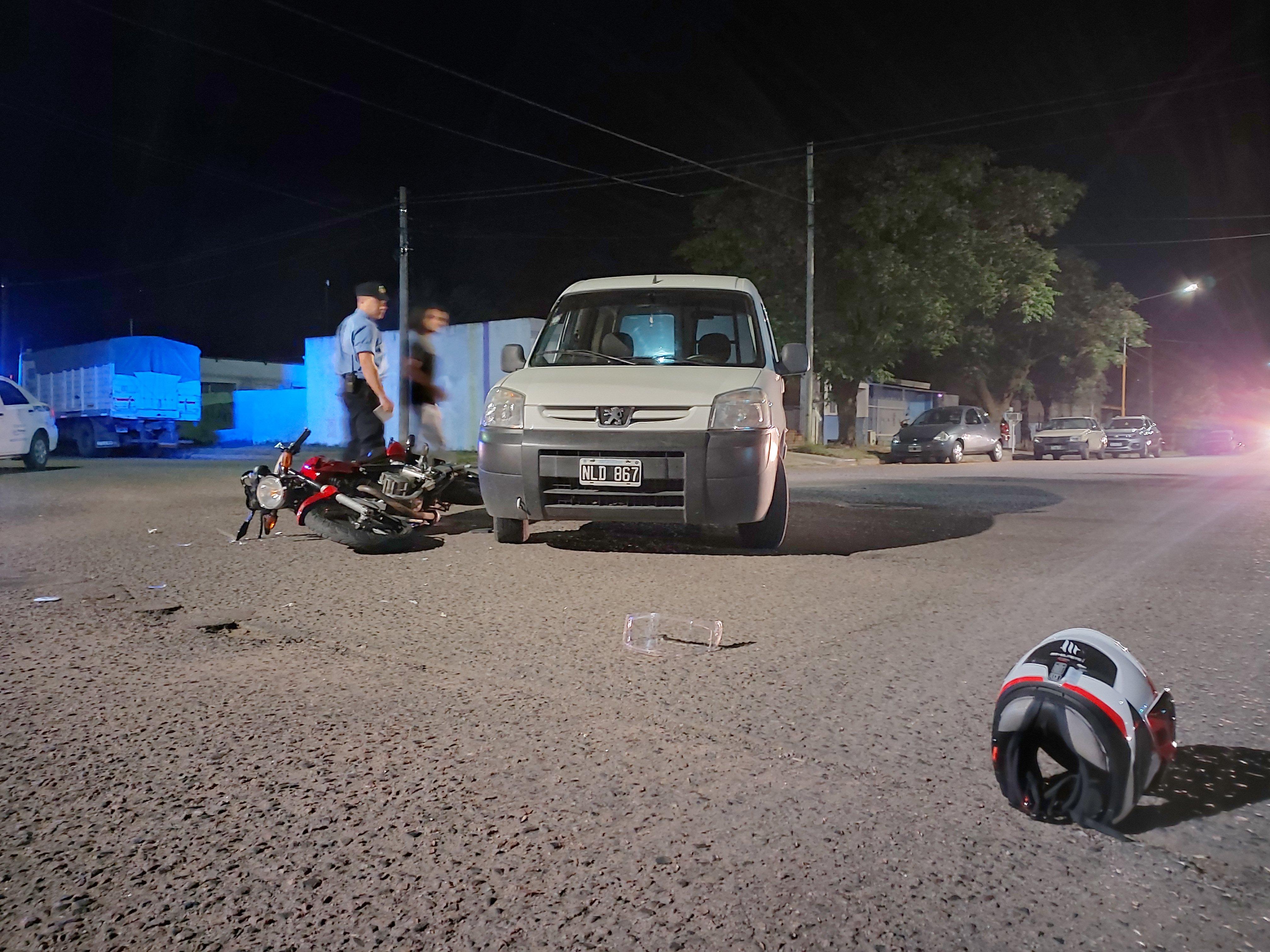 Un joven motociclista quedó inconsciente tras chocar fuertemente con un utilitario