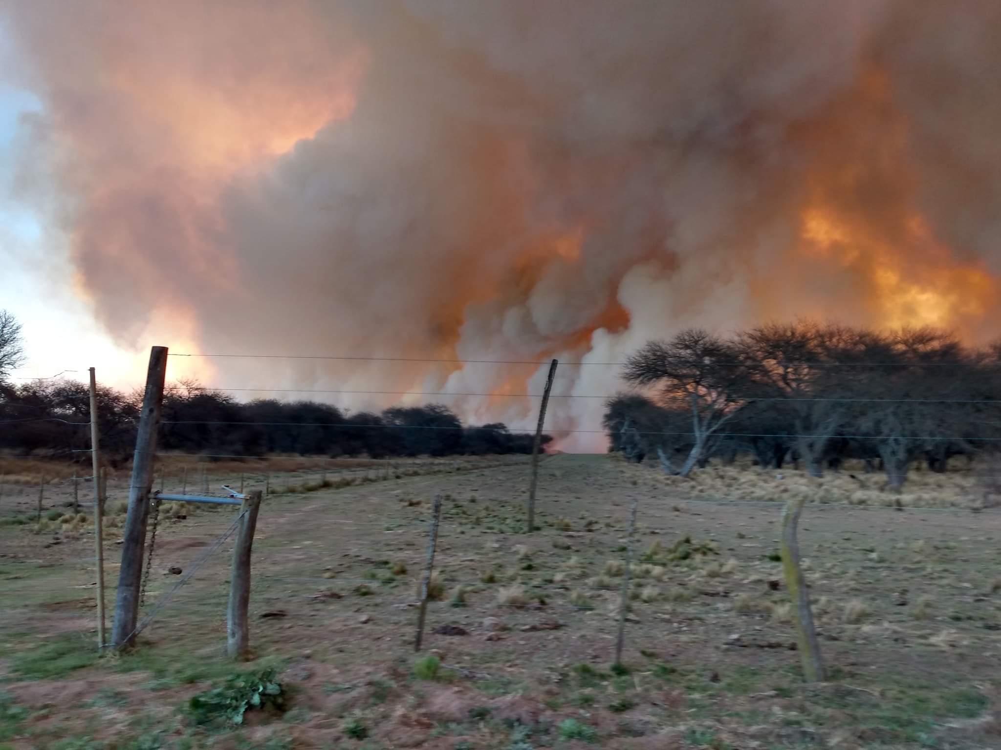 Cortan la ruta 35 como consecuencia del humo del incendio en la zona de Quehué
