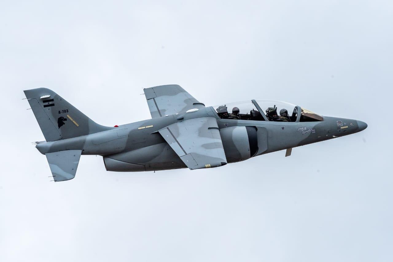 La impresionante pasada de los aviones Pampa de la fuerza aérea por él cielo piquense dieron comienzo al segundo día del festival aéreo