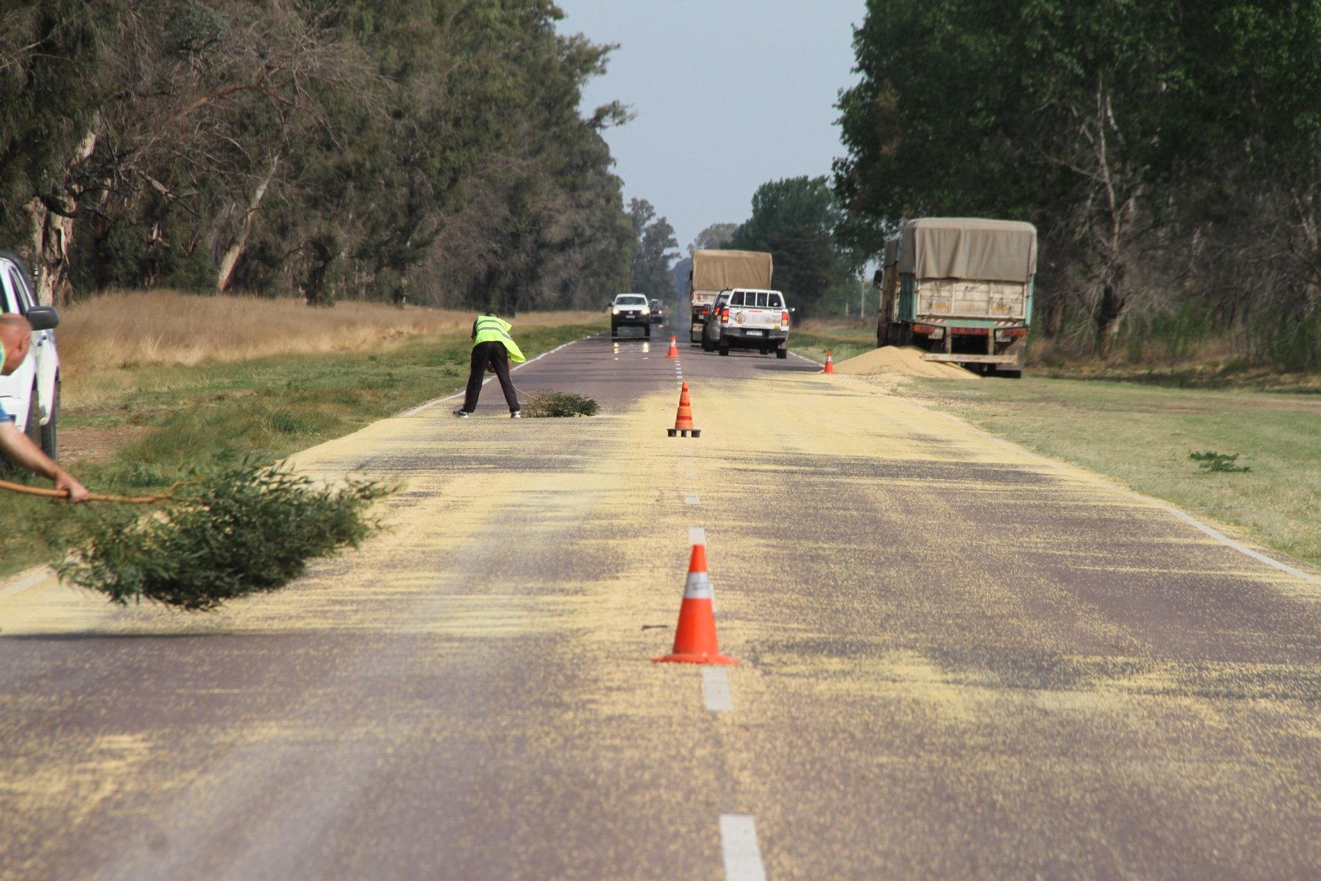 Un camión volcó parte de su carga en Ruta 1 entre Pico y Dorila: Piden circular con precaución