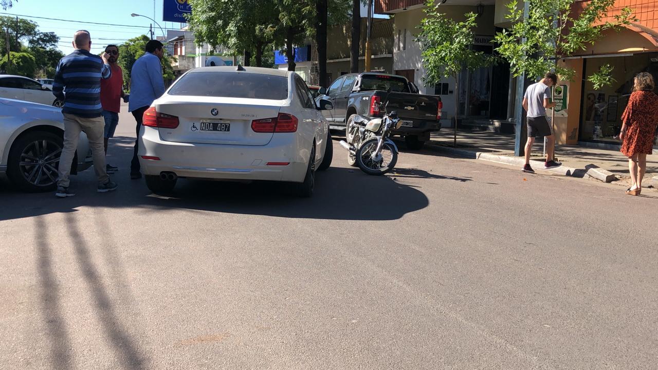 Accidente frente al correo: Un motociclista fue asistido por el SEM