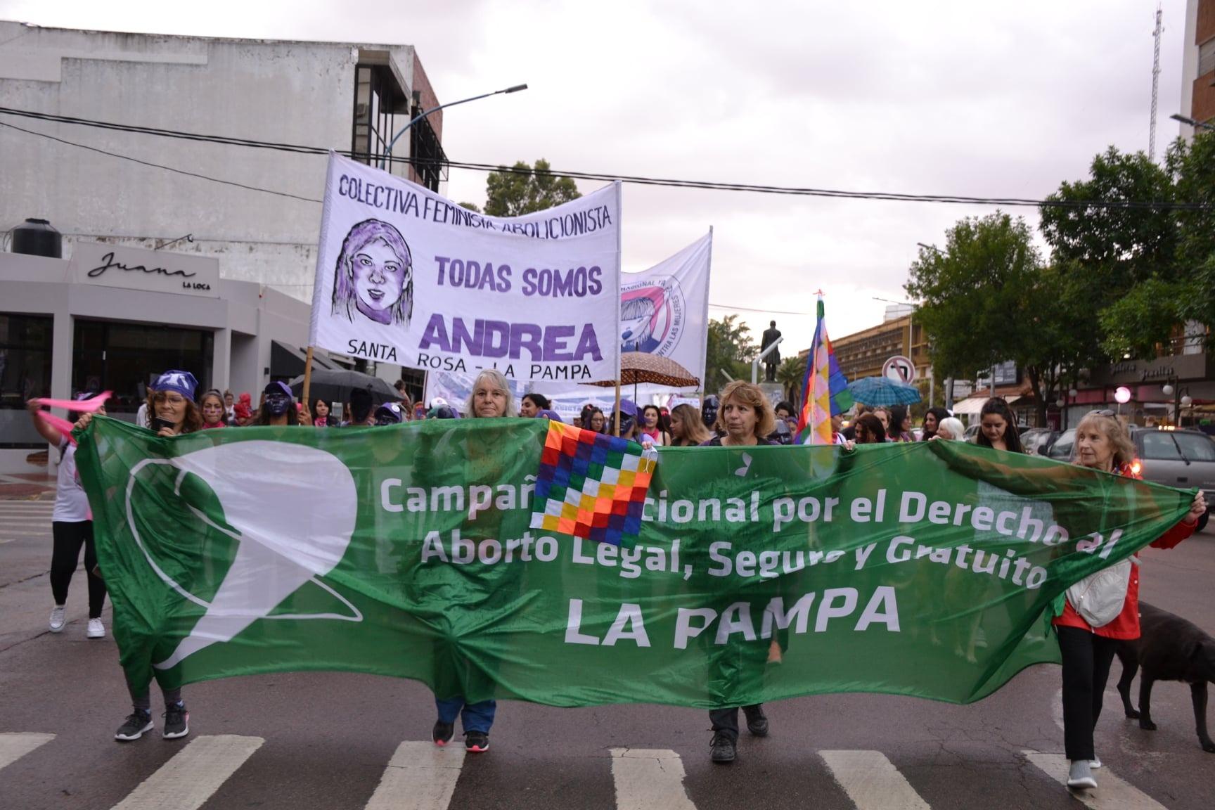 Cientos de mujeres marcharon en Santa Rosa para repudiar la violencia de género y elevar sus reclamos