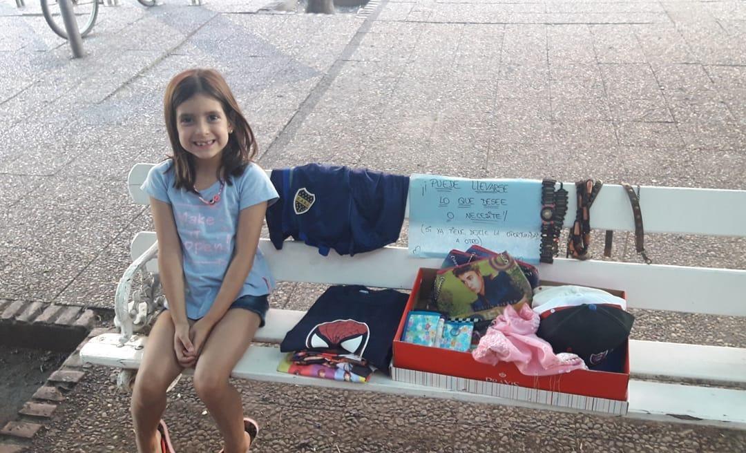 """Una niña emocionó a cientos de piquenses con su actitud solidaria: """"Puede llevarse lo que desee o necesite, si ya tiene, dele la oportunidad a otro"""""""