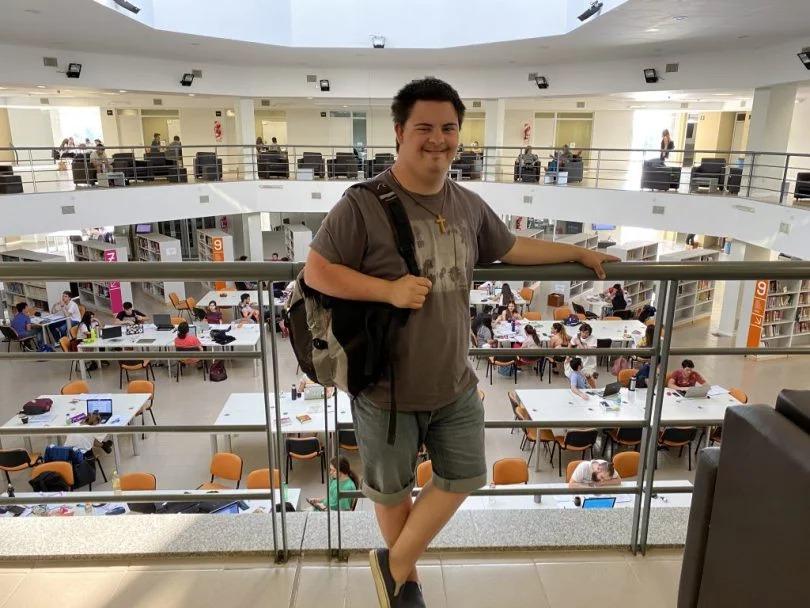 Un joven con síndrome de down le reclama a la Universidad Nacional del Centro que le adapten los contenidos para continuar estudiando