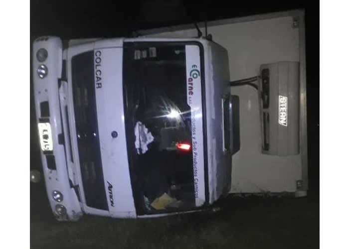 Choque y vuelco en Ruta Nacional 35 y Ruta Provincial 18. Un camionero de Santa Rosa resultó con fracturas