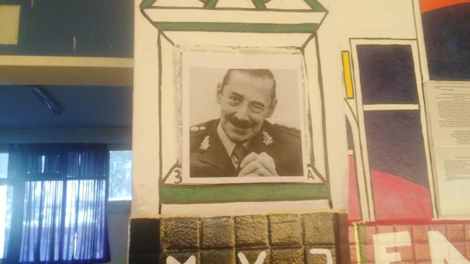 Pegaron una foto de Videla sobre un mural de un secundario de Neuquén