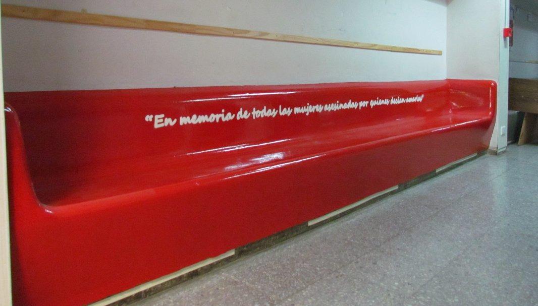 """La Universidad de La Pampa se sumó a la """"Campaña del Banco Rojo"""" para concientizar y visibilizar la violencia contra la mujer"""