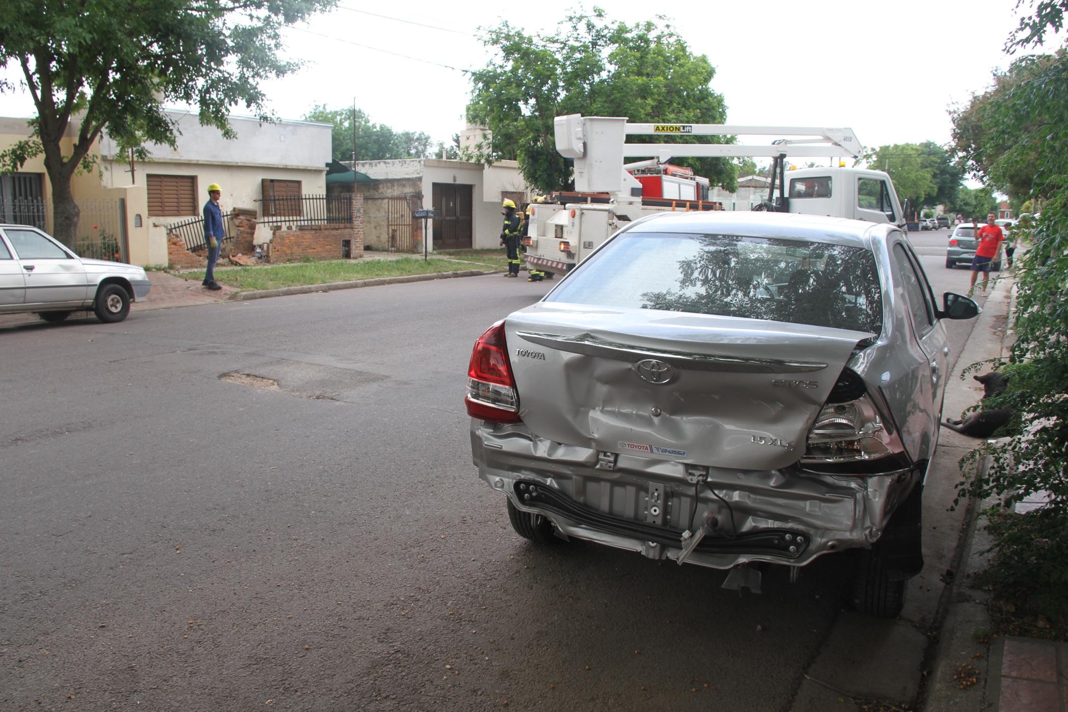 Accidente en calle 5 entre 32 y 34: Dio marcha atrás a toda velocidad y derribó un tapial, rompió una casilla de gas y una bajada de luz