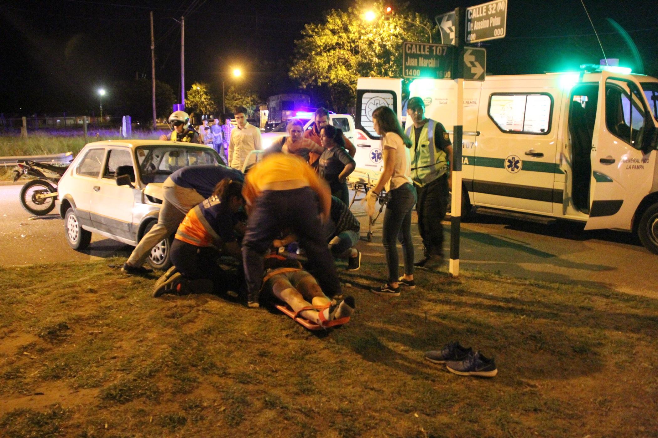 Un motociclista gravemente herido tras chocar y quedar debajo de un auto