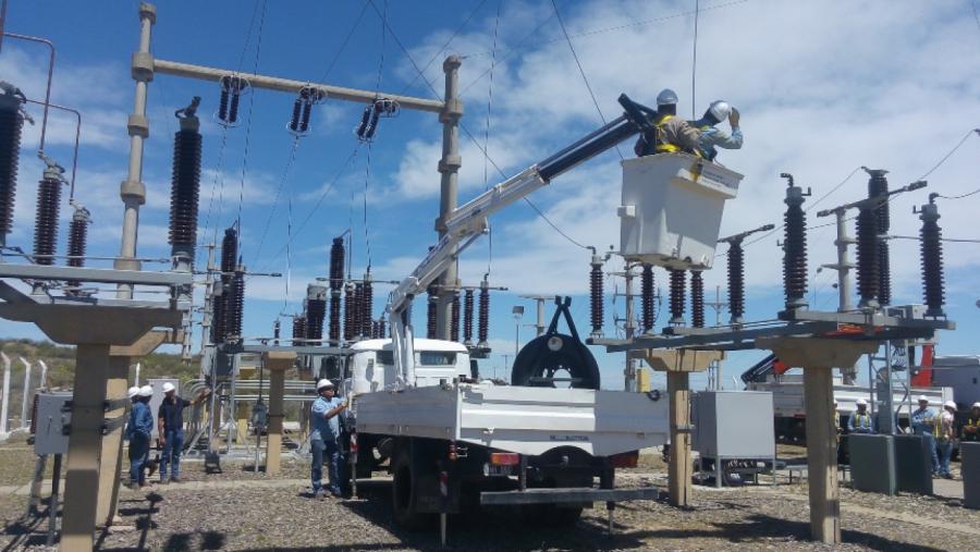 Con personal de APE General Pico, realizaron trabajos en la estación transformadora de Los Divisaderos en 25 de Mayo