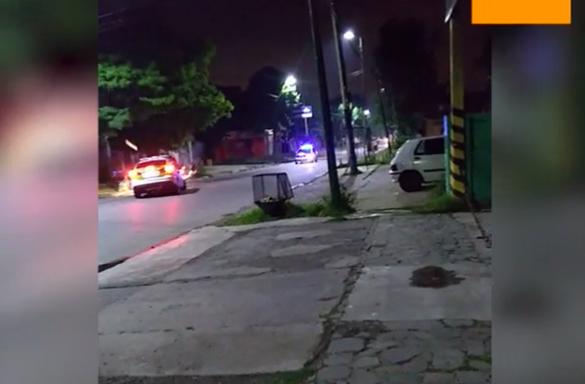Impactante persecución: un patrullero chocó a una moto que había escapado de un control policial en Ituzaingó