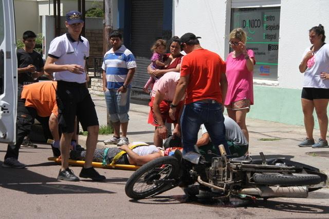 Grave Accidente: Una mujer embarazada iba en moto y fue embestida por un auto