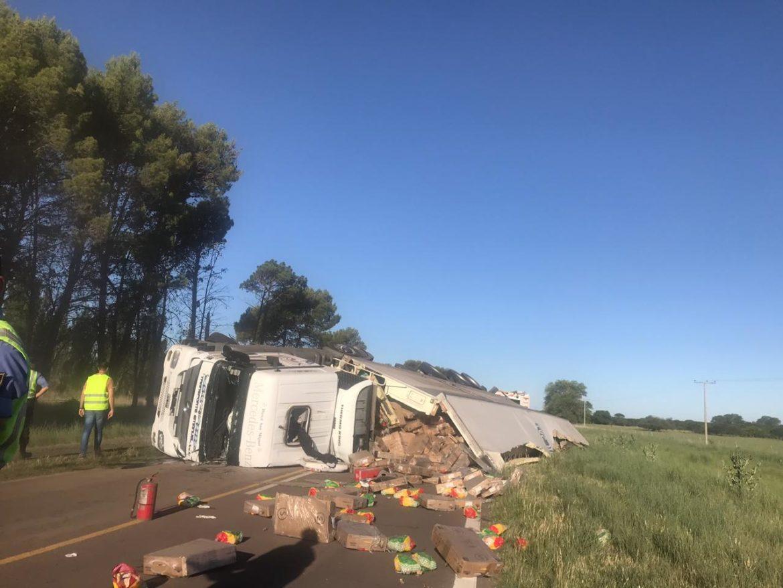 Un camión con una carga de pollos volcó sobre la ruta 152 al oeste de General Acha