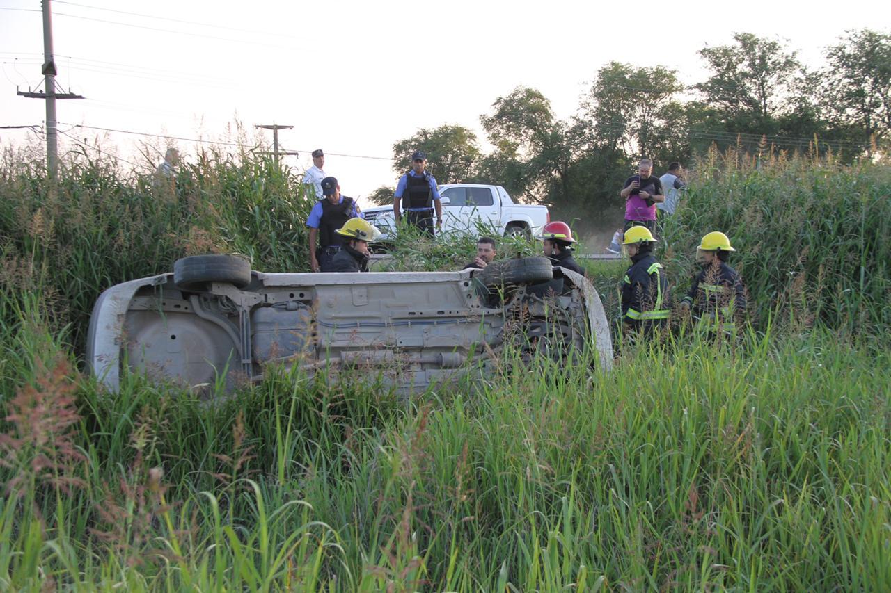 Volcó un auto en la Ruta 4 llegando a la rotonda de General Pico: Una mujer fue hospitalizada