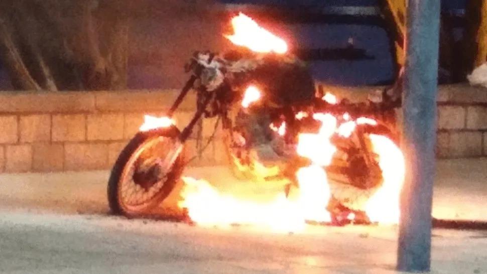 Sucedió en Mar del Plata: Prendió fuego su moto para evitar que se la secuestren en control de tránsito
