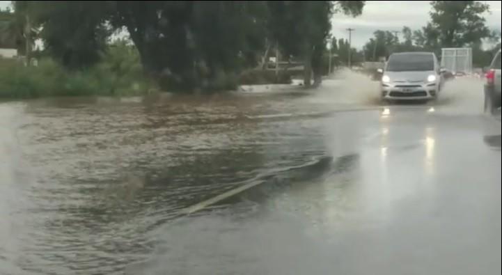 Alertan a conductores que viajan a Córdoba tener precaución por agua en la ruta