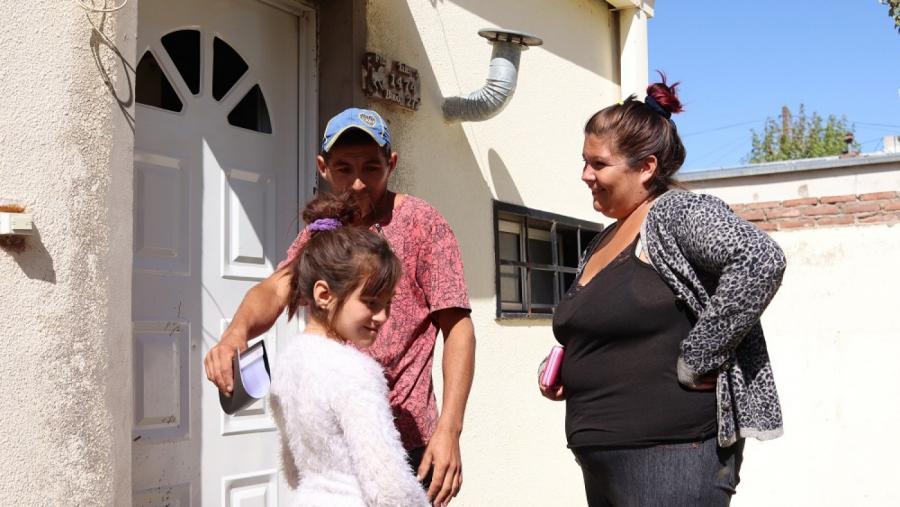 Una familia de puesteros recibió unas de las casas recuperadas del IPAV en General Acha