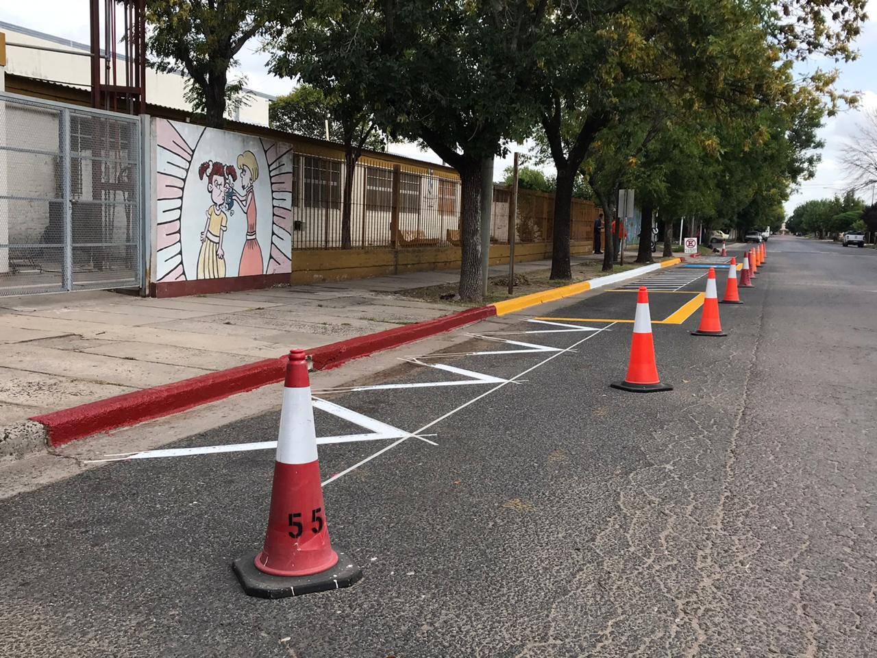 Pintan señalizaciones frente a Escuelas de Barrio Roca y Talleres