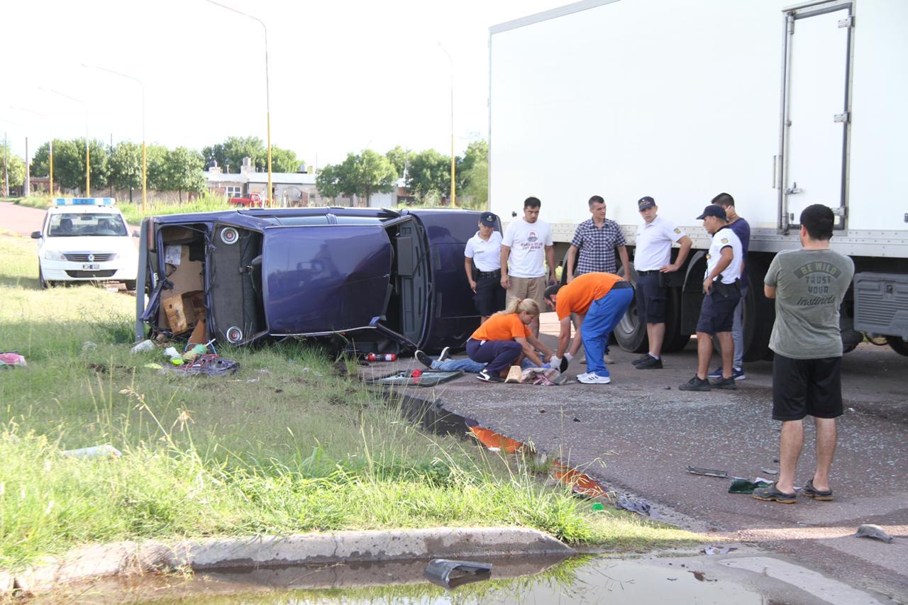 Choque y vuelco en colectora de la Avenida Isidoro Brunengo: Al conductor le dieron el alta y quedó demorado por el robo del auto