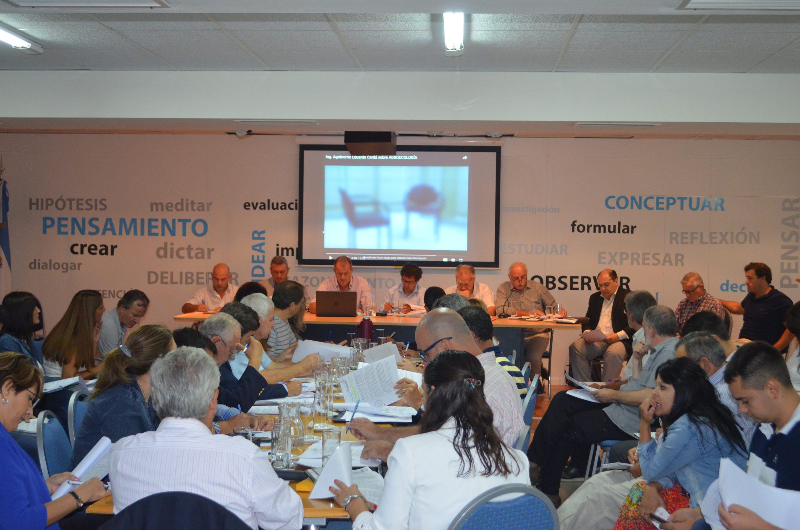 Diputados y representantes del Colegio de Ingenieros Agrónomos de La Pampa en plenario por la ley de agroquímicos