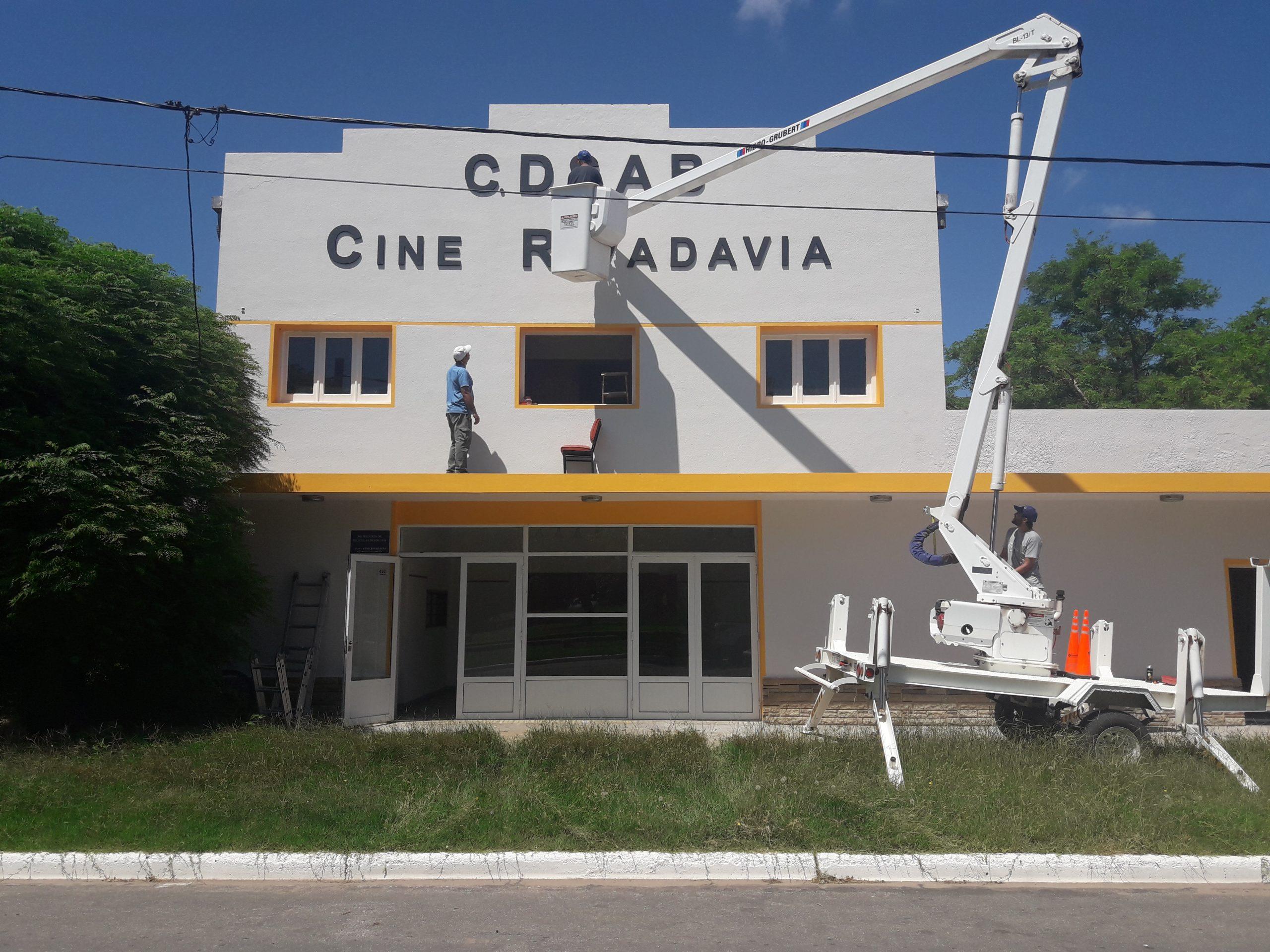 Hilario Lagos: Colocaron las letras identificatorias del Cine Teatro Rivadavia