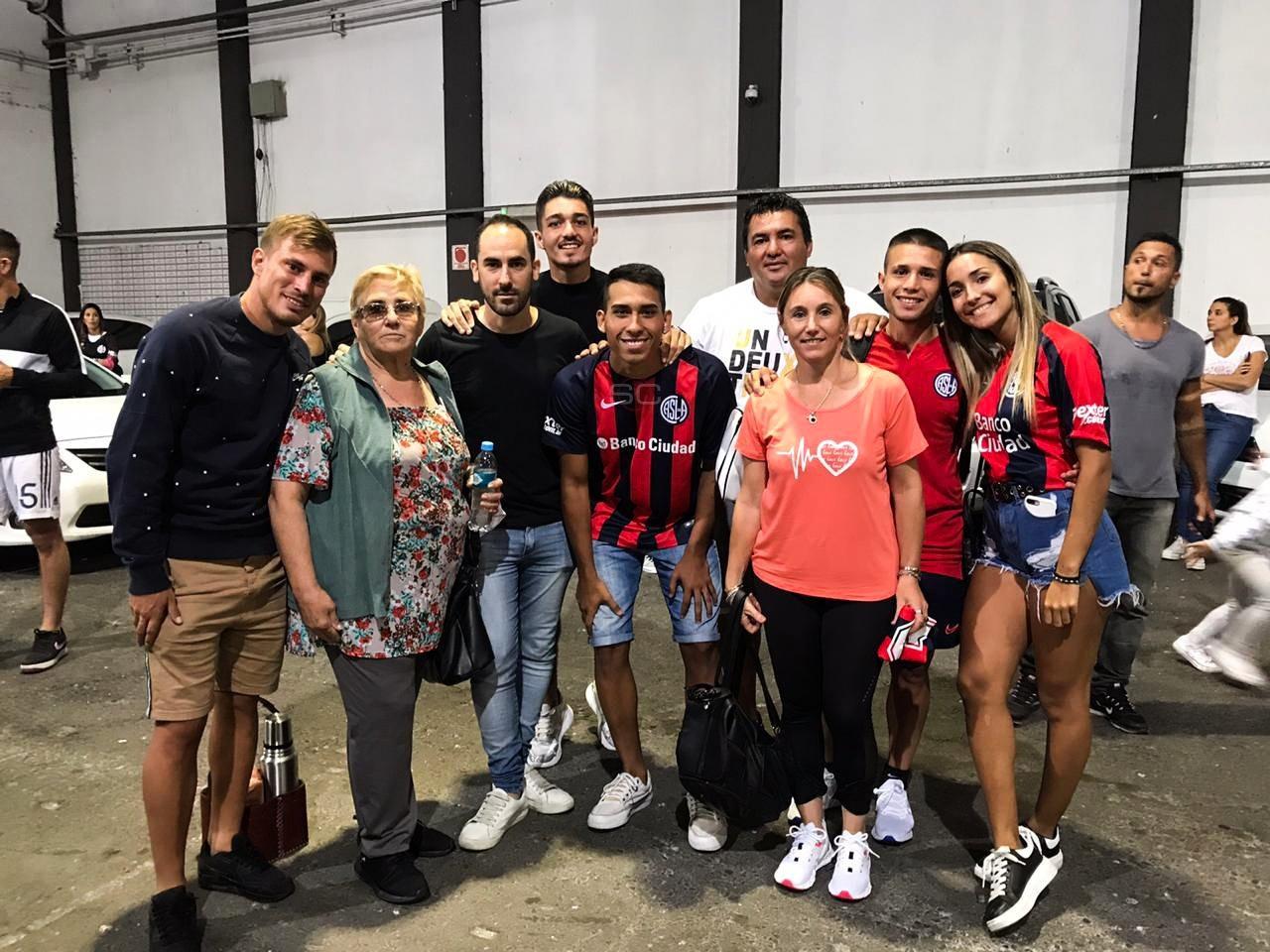 ¡Una foto única!: La familia Palacios reunida tras el gran debut goleador de Julián