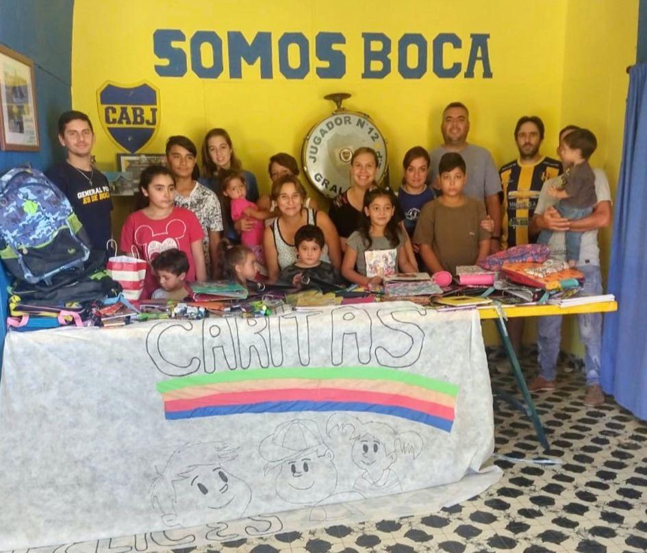 """La Peña boquense """"Roberto Mouzo"""" donó más de 300 útiles escolares para los niños del merendero """"Caritas felices"""""""