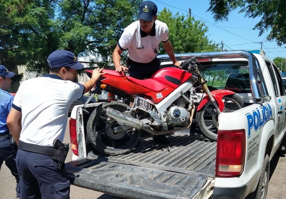 Menor circulaba en contramano a bordo de una moto, burló a la autoridad y fue demorado