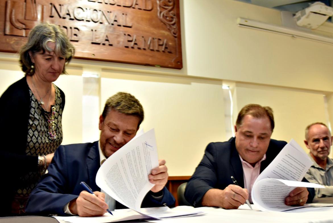 Firmaron un importante convenio para facilitar la inserción laboral de los graduados de la UNLPam en la Provincia