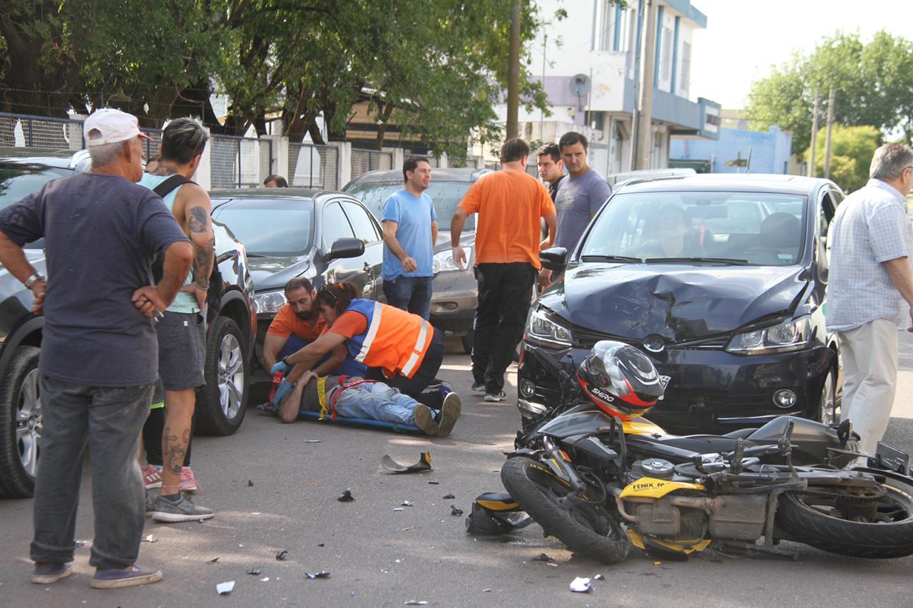 Choque frontal entre una moto y un auto dejó como resultado un joven lesionado e importantes daños en ambos vehículos