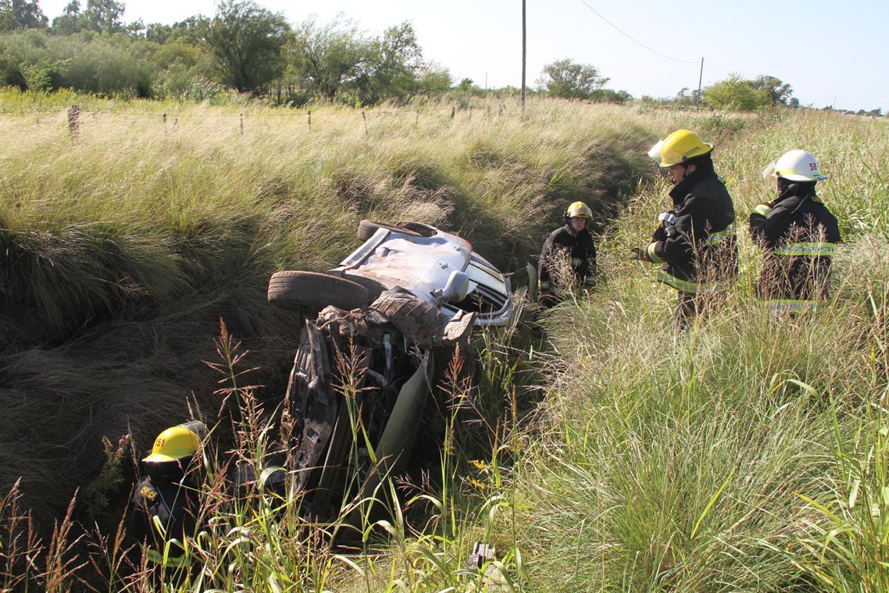 Volcó un auto con dos ocupantes cerca del ingreso a la localidad de Speluzzi