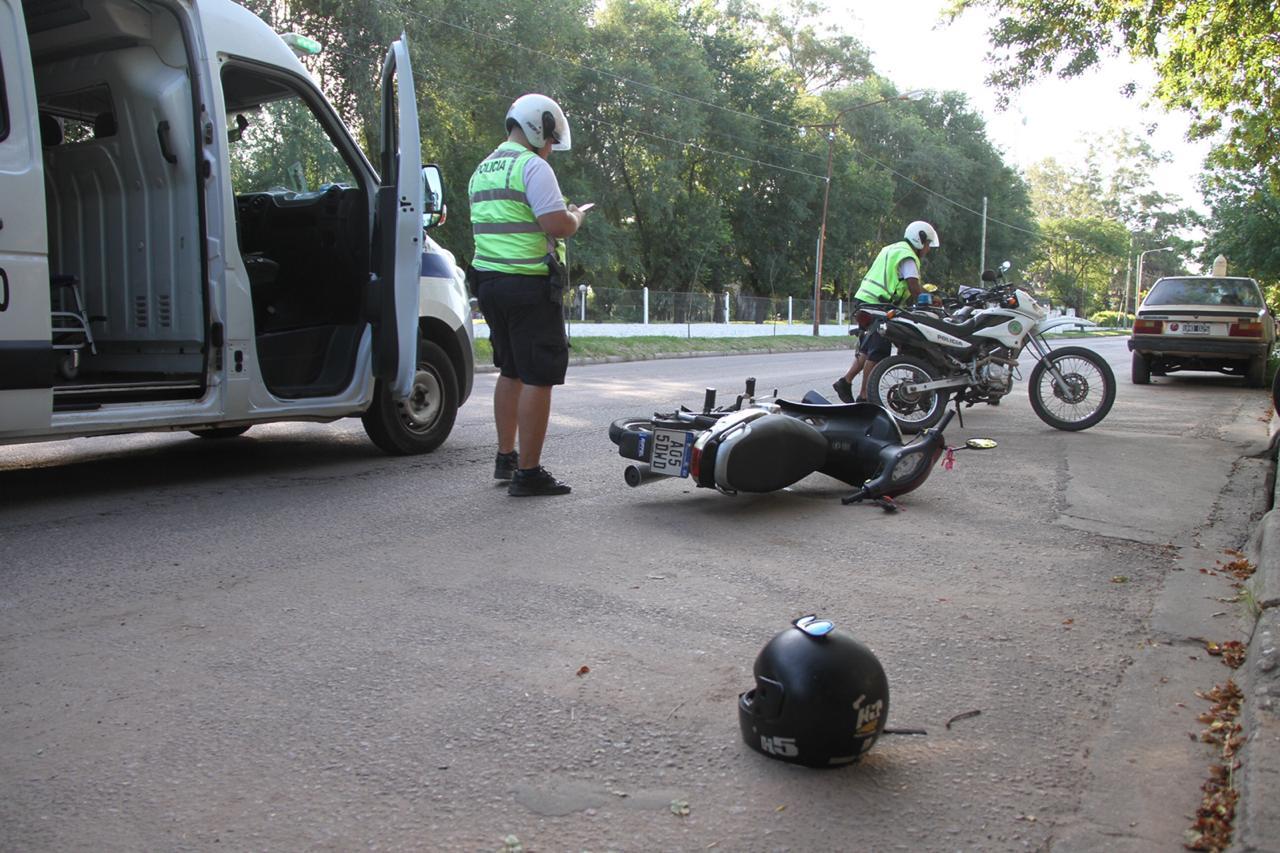Una mujer fue hospitalizada tras choque entre moto y bicicleta