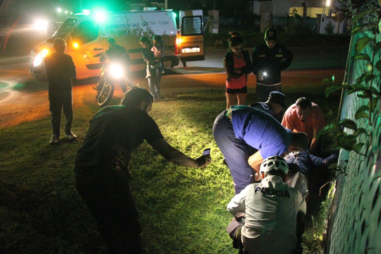 Fuerte choque entre auto y moto en calle 115 y 12: Un joven fue hospitalizado luego de sufrir una fractura en su pierna izquierda