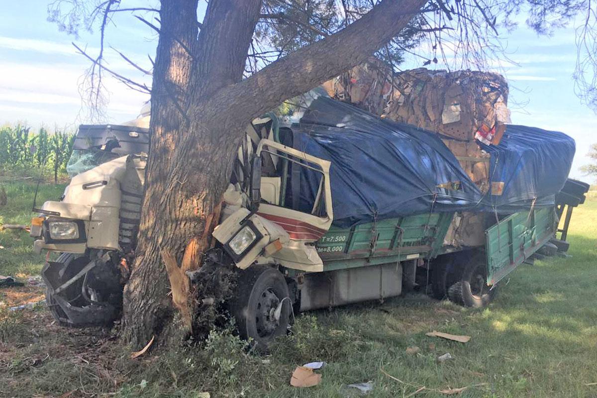 Tragedia en Ruta Nacional 5: Murió el conductor de un camión que chocó violentamente contra un árbol cerca de Catriló