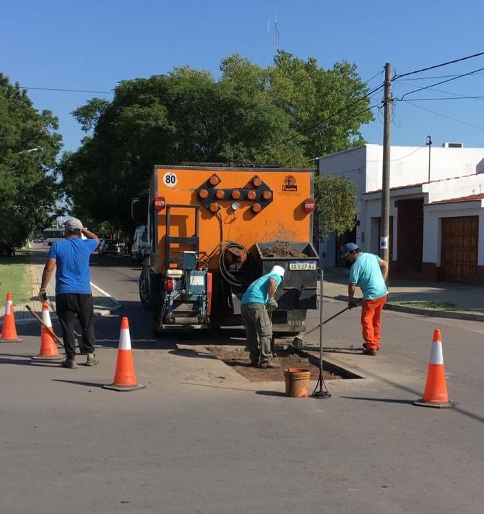 Continúan trabajando en la reparación de calles con bacheos en General Pico