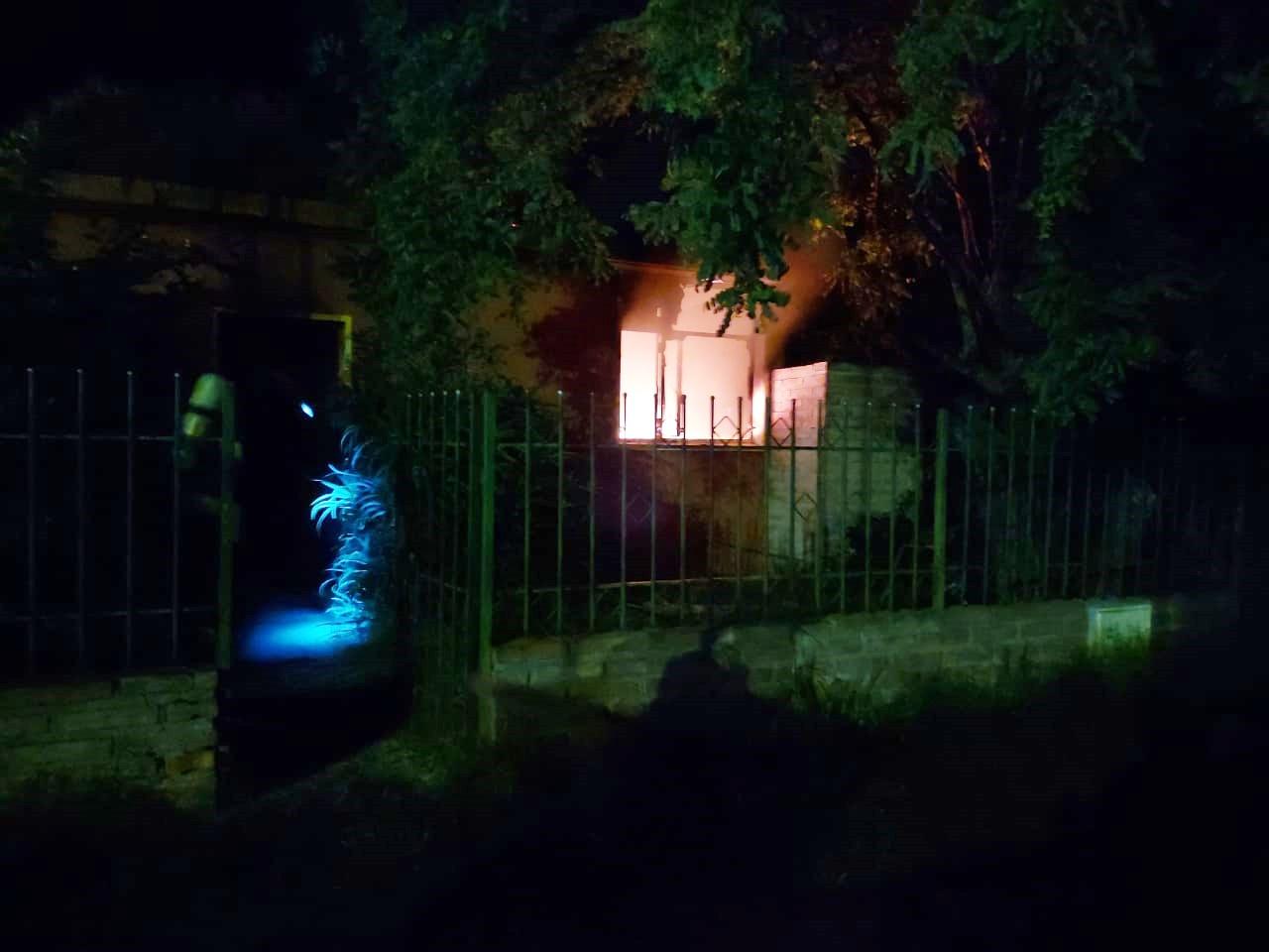 Las llamas consumieron por completo la habitación de una vivienda