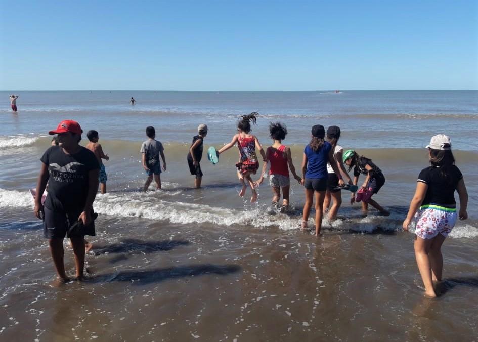 Treinta niños de un merendero pampeano viajaron a conocer el mar