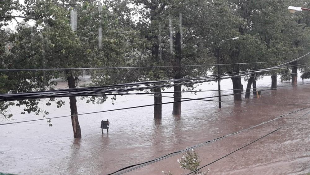 Córdoba: desbordó el río en Mina Clavero, hay evacuados y cerraron tres puentes