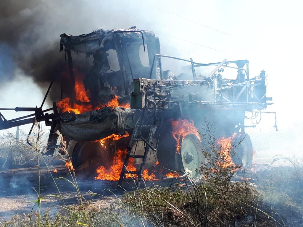 Impresionante incendio de una máquina fumigadora al sur de Realicó